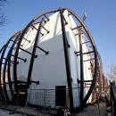 Каркас, закрепленный на основной фасад здания для закрепления мембранной фасадной оболочки.