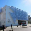 Частичная декоративная облицовка фасада здания с помощью модулей мембранных подушек.