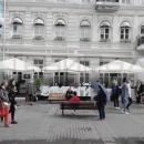Уличные зонты большого размера для ресторана - укрепленное решение для ветряных улиц и площадок.