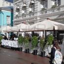 Уличные зонты в едином архитектурном решении - оптимальный и самый бюджетный вариант для укрытия летней веранды кафе.