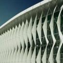 Оформление фасада здания с помощью мембранных натянутых на вантовую систему полос материала. Фасад в данном случае выполняет функцию регуляции степени внутренней инсоляции.