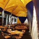Сочетание желтого и синего цветов мембранной кровли летнего кафе.