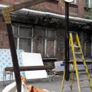 Вид конструкции уличного зонта перед продеванием троса.