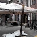 Уличный зонт большого размера в собранном состоянии.