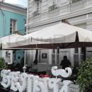Уличные зонты для летних кафе и веранд. Вершины внешних опор больших уличных зонтов соединяются штангами для стабилизации зонтов на ветру.