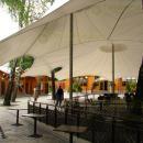 Гигантский шатер спроектирован специально под условия конкретной площадки, его контур точно учитывает положение объектов на площадке.